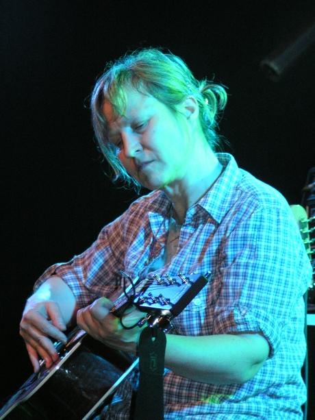 ג׳ורג׳יה הַבְּלִי. גם אני מסתכל ככה על צוואר הגיטרה כשאני מנגן