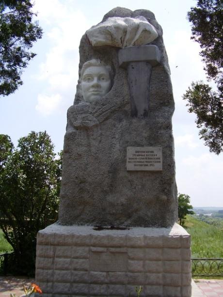 אנדרטה להנצחת הפיאונר הגיבור מוסיה פינקנזון ו־270 הרוגים בכפר אוּסט־לאבינסק