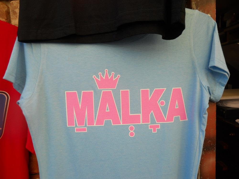 MALKA. פתח ב־M, כתר מעל A, שווא ב־L, דגש וקמץ ב־K