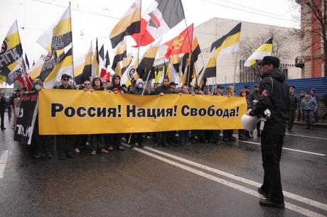 """רוסיה! לאום! חירות! הפגנה של """"התנועה נגד הגירה בלתי־חוקית"""", תנועה נאו־נאצית לכל דבר. הם לא חוטפים מכות משוטרים."""