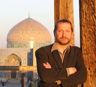 מייקל אוורסון. ברקע – מסגד שייח׳ לוטף אללה, אספהן. צילום: אלנז סרבר. רישיון: GFDL/CC-BY-SA