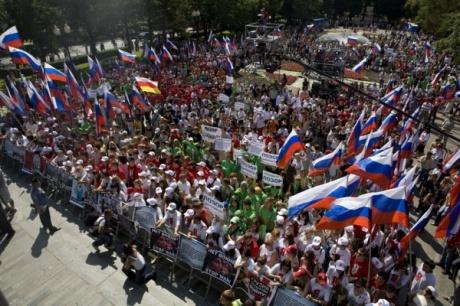 """הפגנה של תנועת """"נאשי"""", המכונה גם """"נוער פוטין"""". קצת מרגיז לראות שם דגלי רוסיה שפעם היו סמל הדמוקרטיה. לא רק שהשוטרים לא נותנים להם מכות, הם מנקים את הכיכרות לפני שהם באים ואחרי שהם הולכים."""
